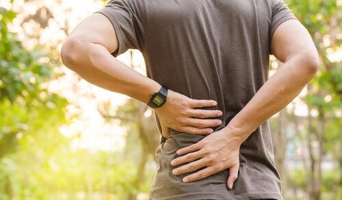 Tra le possibili cause del mal di schiena c'è una cattiva postura