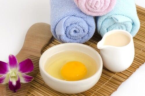 Maschera uovo e miele fiore e asciugamani colorati