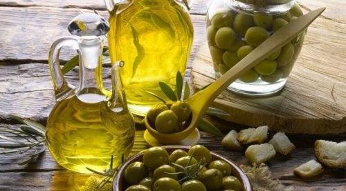 Olio di oliva e olive verdi