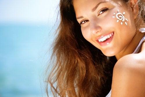 ragazza con protezione solare sul viso