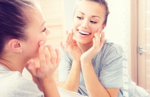 Ragazza sorridente allo specchio