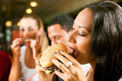 Sostituite questi 8 alimenti e assumete 500 calorie in meno ogni giorno