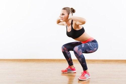 Salto accovacciati allenamento brucia grassi
