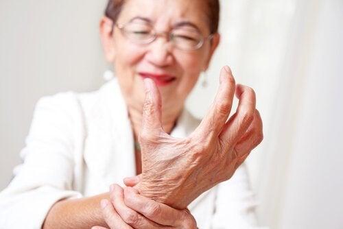 Signora anziana che soffre di artrite