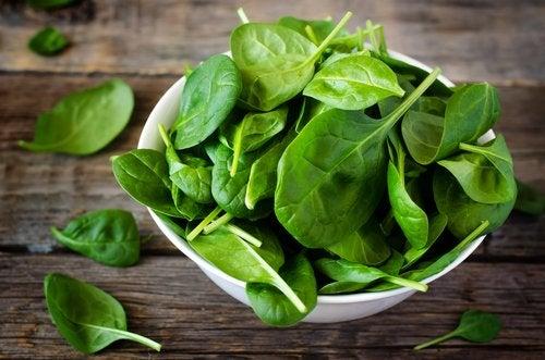 le verdure a foglie verdi sono ricche di beta-carotene