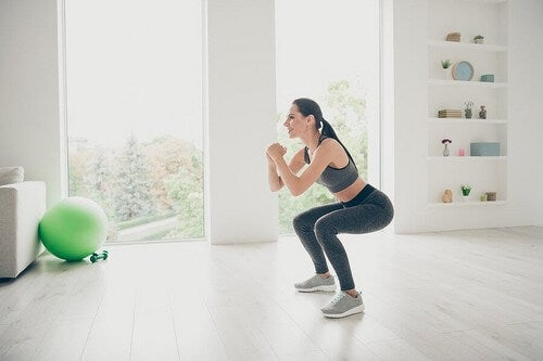 Donna esegue classici squat.