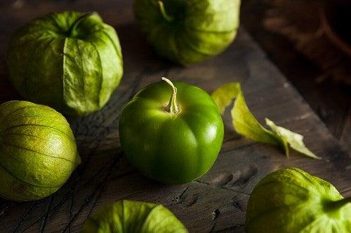 Tomatillo verde con buccia