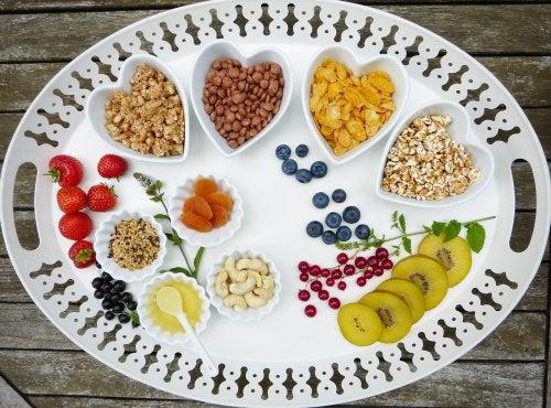 Vassoio con frutta e cereali