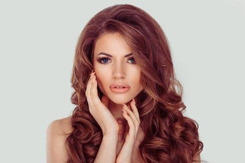 Donna con capelli brillanti e ondulati