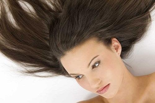 Donna sdraiata con capelli lunghi
