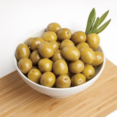 Olive verdi in una ciotola