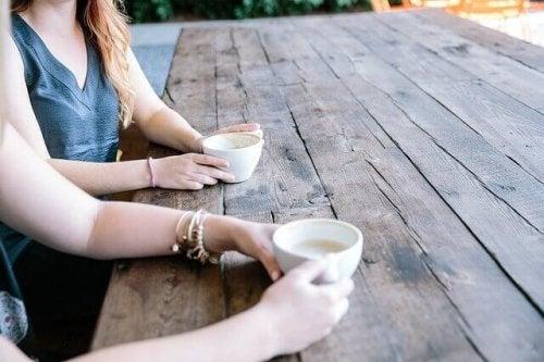 Amiche che bevono un caffè