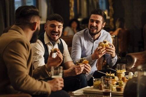 Amici a cena che parlano e ridono