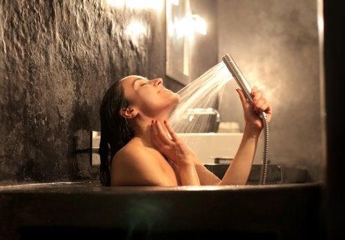 Anemia sideropenica: donna che fa un bagno.