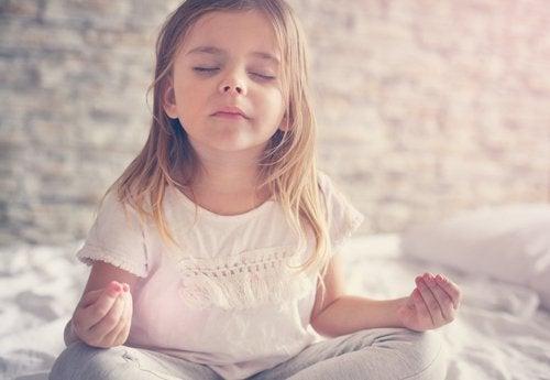 Bambina che pratica yoga