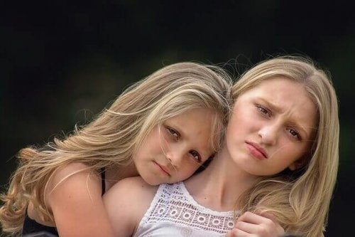 Bambine bionde abbracciate