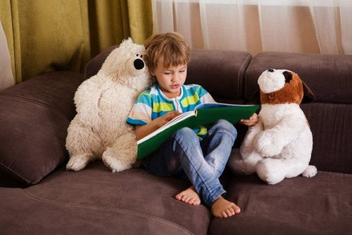 Bambino che legge sul divano