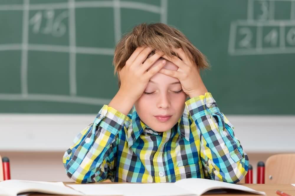 Bambino con mal di testa - sintomi della meningite