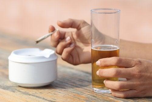 donna con bicchiere di birra e sigaretta
