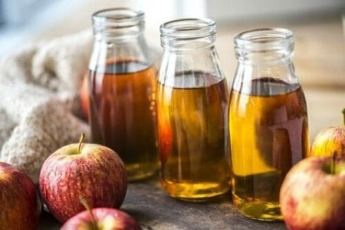 Bottiglie di succo di mela