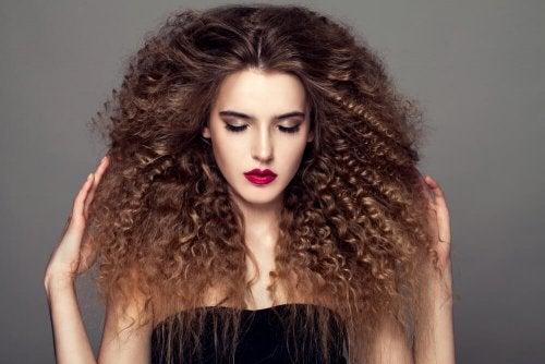 acconciatura per capelli ricci al naturale