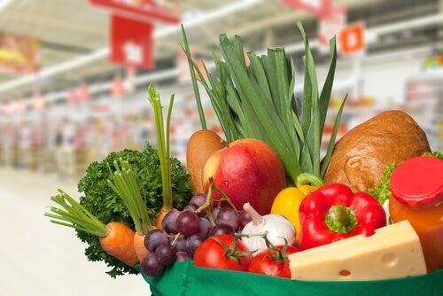 Cesto con verdure e frutta