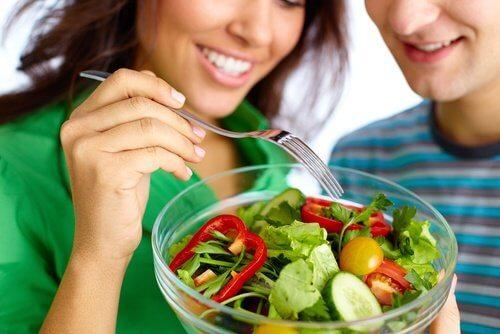 Coppia che mangia insalata