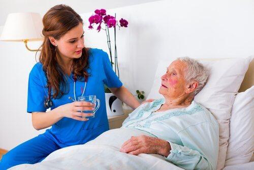 infermiera e donna anziana a letto