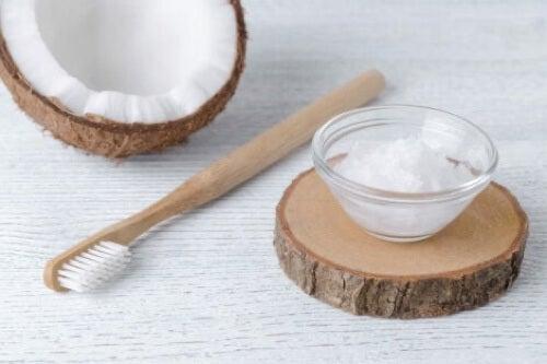 Rimuovere il tartaro dentale con il bicarbonato