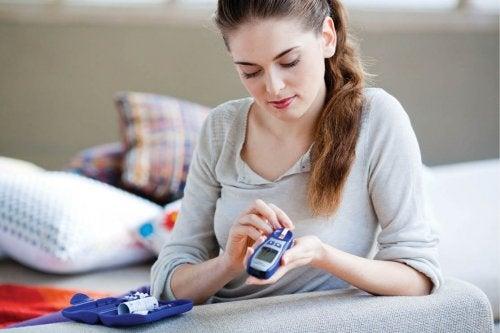 Donna misura glicemia