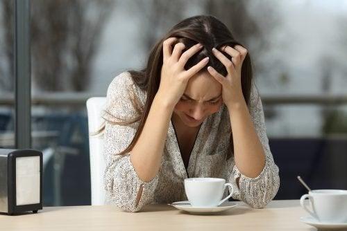 Donna che piange al tavolo di un bar