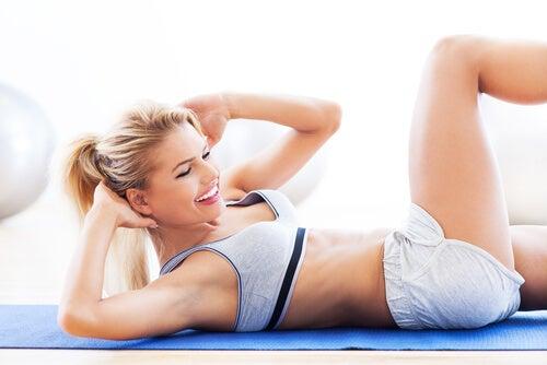 Donna che pratica esercizio fisico