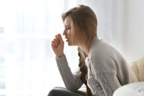 Noduli alla gola: ragazza che tossisce.