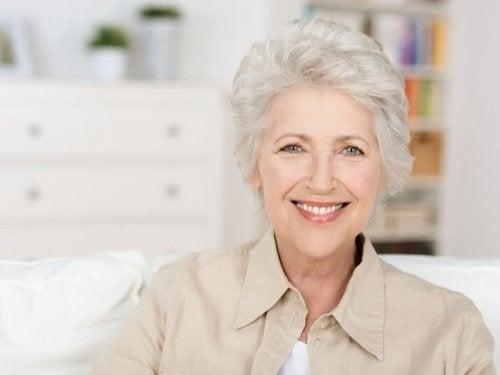 Donna con capelli corti bianchi