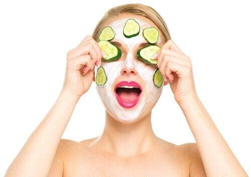 Donna con maschera di cetrioli