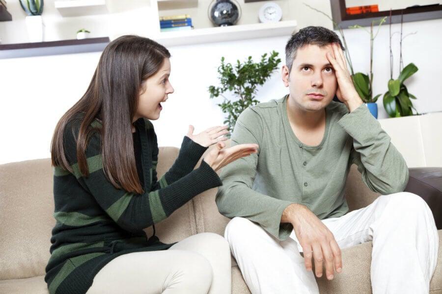 Donna discute con il partner