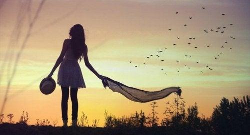 Donna con un foulard in mezzo alla natura