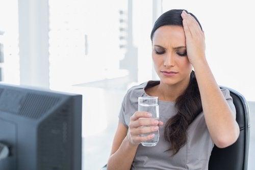 Donna con mal di testa a causa dell'alcol