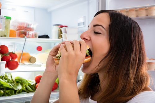 Donna che mangia un panino