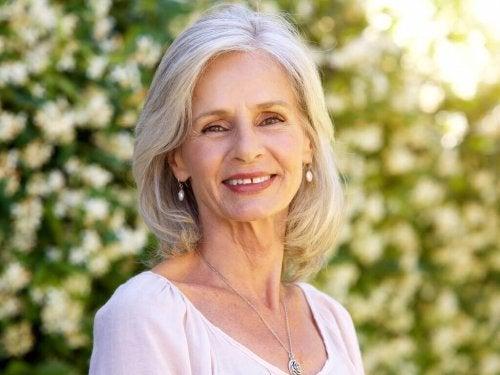 Donna sorridente con capelli bianchi