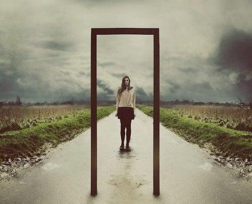 Donna sull'uscio della porta