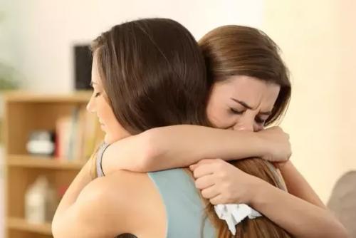 Donne che piangono e si abbracciano