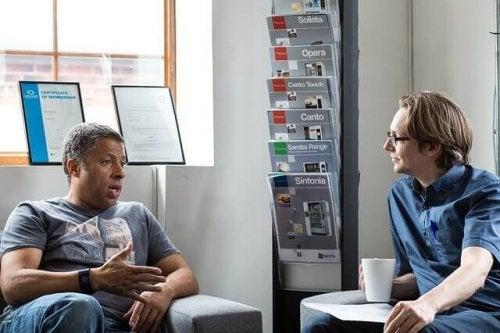 Due uomini parlano