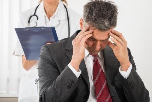 uomo dal dottore con fitte alla testa