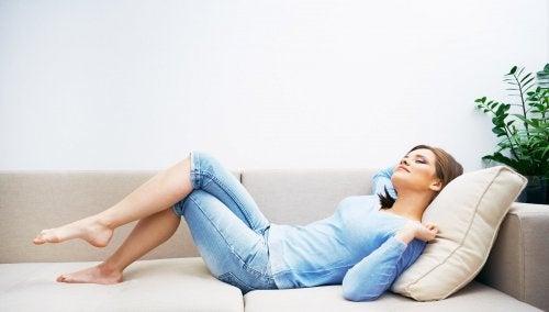 Donna che riposa grazie alla aromaterapia