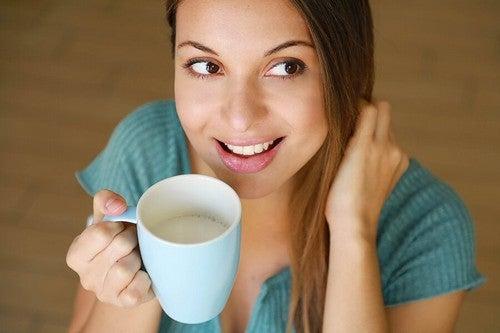 Giovane beve una tazza di latte.