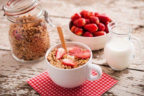 Latte scremato con cereali e fragole
