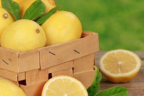 Limoni in una cassetta di legno