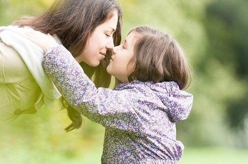 Mamma e figlia che si baciano
