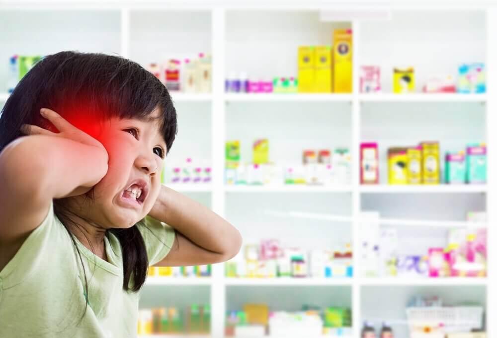bambina con mani sulle orecchie - sintomi della meningite